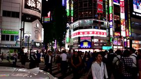 Japończycy i turysta są przez ulicę przy Shinjuku zbiory wideo