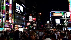 Japończycy i turystyczny robi zakupy teren wokoło Shinjuku staci, Tokio, Japonia zdjęcie wideo