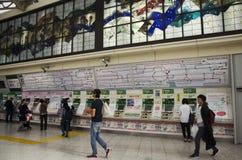Japończycy kupuje bilety pociąg od automatycznego vending m zdjęcie royalty free