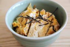Japończyk głęboka smażąca wieprzowina z jajkiem na ryż, Katsudon na drewna bac Fotografia Stock