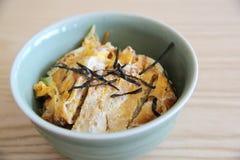 Japończyk głęboka smażąca wieprzowina z jajkiem na ryż, Katsudon na drewna bac Zdjęcie Royalty Free