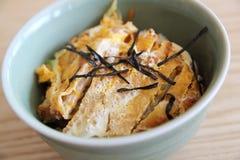 Japończyk głęboka smażąca wieprzowina z jajkiem na ryż, Katsudon na drewna bac Fotografia Royalty Free