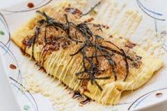 Japończyka Omlette polewa z kumberlandem, Mayonaise, Katsuobushi suszył, fermentujący i dymiący skipjack gałęzatka, i tuńczyk Obrazy Royalty Free