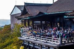 Japońscy dziecko w wieku szkolnym na publicznych występach Kiyomizu-dera świątynia Zdjęcie Stock