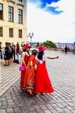 Japońscy dziewczyna turyści w czerwieni ubraniach robią selfie blisko Praga Cas Obrazy Stock