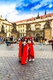 Japońscy dziewczyna turyści w czerwieni ubraniach robią selfie blisko Praga kasztelu oficjalna rezydencja prezydent republika cze Fotografia Royalty Free