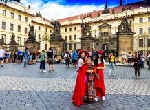 Japońscy dziewczyna turyści w czerwieni ubraniach robią selfie blisko Praga kasztelu oficjalna rezydencja prezydent republika cze Obraz Stock