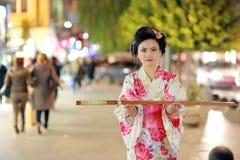 Japońscy gejsza samurajowie z kordzikiem outside przy nocą obraz royalty free