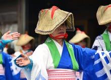 Japońscy ludowi tancerze jest ubranym słomianych kapelusze obraz stock