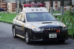 Japońscy policjanci zaludniają napędowego policjanta samochód na drodze dla czeka fotografia royalty free