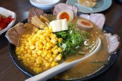 Japońscy Ramen z wieprzowiną, kukurudzą, Bambusowym krótkopędem i jajkami, obrazy royalty free