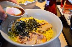 Japońscy tonkotsu ramen nakrywający z gałęzatką i wieprzowiną Fotografia Stock