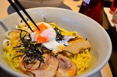 Japońscy tonkotsu ramen nakrywający z gałęzatką, jajkami i wieprzowiną, Zdjęcie Stock