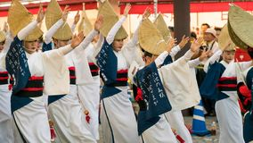Japońscy wykonawcy tanczy tradycyjnego Awaodori tanczą w sławnym Koenji Awa Odori festiwalu, Tokio, Japonia obrazy stock