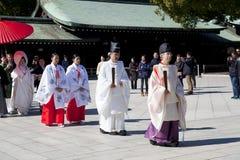 Japońska ślubna ceremonia przy świątynią Obrazy Royalty Free