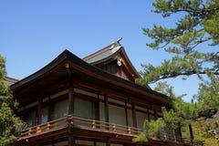 Japońska świątynia w cieniu z niebieskiego nieba tłem Fotografia Stock