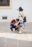 Japońska chłopiec pomaga jego dziewczyny gorący dzień w Hiszpania Obrazy Stock