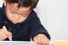 Japońska chłopiec rysuje obrazek Zdjęcie Royalty Free