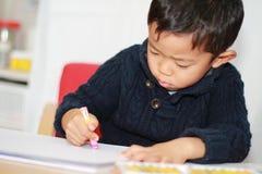 Japońska chłopiec rysuje obrazek Zdjęcia Royalty Free
