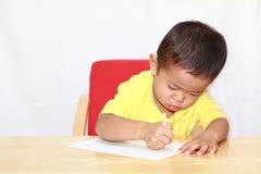 Japońska chłopiec rysuje obrazek Fotografia Stock