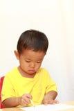 Japońska chłopiec rysuje obrazek Obrazy Royalty Free