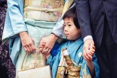 Japońska chłopiec z jego rodziną świętuje San rytuał przy Sintoizm świątynią fotografia royalty free