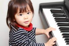 Japońska dziewczyna bawić się pianino obrazy stock