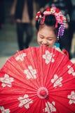 Japońska dziewczyna z parasolem pozuje podczas San dnia przy Sintoizm świątynią obraz stock