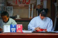 Japońska kapłanka przy Toshogu świątynią w Nikko, Japonia Fotografia Stock