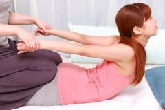 Japońska kobieta Dostaje Tajlandzkiego masaż obraz stock