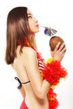 Japońska kobieta Pije Egzotycznego koktajl przez Relaksować i słomy. Podróży pojęcie Zdjęcia Stock