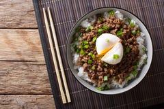 Japońska korzenna wołowina Soboro z jajecznym Benedict, ryż i zieleni oni, Obrazy Stock