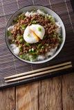 Japońska korzenna wołowina Soboro z jajecznym Benedict, ryż i zieleni oni, Obraz Royalty Free