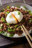 Japońska korzenna wołowina Soboro z jajecznym Benedict, ryż i zieleni oni, Zdjęcia Royalty Free