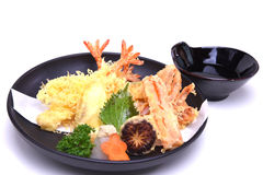 Japońska kuchnia, Mieszani Tempura krewetki kałamarnicy warzywa, odizolowywa obraz stock