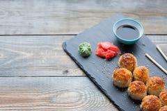 Japońska kuchnia Piec suszi z kraba serem na kamiennej cegiełce w ciemnym drewnianym tle i mięsem Odgórny widok z kopii przestrze Obrazy Stock