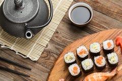 Japońska tradycyjna kuchnia, krewetkowy suszi i dobierać rolki, Obrazy Stock