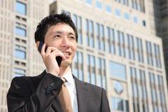 Japoński biznesmen opowiada z telefonem komórkowym zdjęcie stock