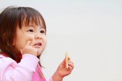 Japoński dziewczyny łasowania ryż krakers Fotografia Stock