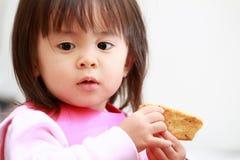 Japoński dziewczyny łasowania ryż krakers Zdjęcia Stock