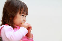 Japoński dziewczyny łasowania ryż krakers Obraz Royalty Free