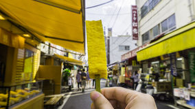 Japoński jajecznej rolki kij sprzedawał przy Tsukiji rybim rynkiem Fotografia Stock