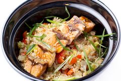 Japoński jedzenie Rice z warzywami i smażącym łososiem w czarnym pucharze Japoński karmowy naczynie odizolowywający na białym tle Fotografia Stock