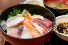 Japoński jedzenie z surowymi ryba, nazwany sashimi na ryż w łęku obrazy royalty free