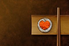 Japoński Karmowy kochanka pojęcie Rolka suszi z Kierowym kształtem, serw obraz stock