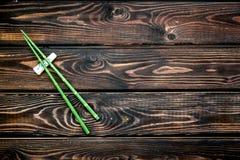 Japoński karmowy kulinarny ustawiający z bambusowymi kijami dla suszi na drewnianej tło odgórnego widoku kopii przestrzeni zdjęcie stock