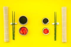 Japoński karmowy kulinarny ustawiający z soja kumberlandem, imbir, bambus wtyka dla suszi na żółtego tła odgórnym widoku zdjęcie royalty free