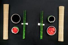 Japo?ski karmowy kulinarny ustawiaj?cy z soja kumberlandem, imbir, bambus wtyka dla suszi na czarnego t?a odg?rnym widoku obrazy stock