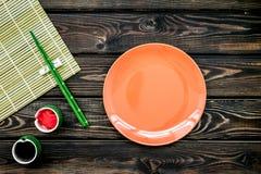 Japoński karmowy kulinarny ustawiający z soja kumberlandem, imbir, talerz, bambusowi kije na drewnianej tło odgórnego widoku kopi obraz stock