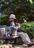 Japoński mężczyzna z jego psem Ludzie i zwierzęta domowe w Tokio zdjęcie stock